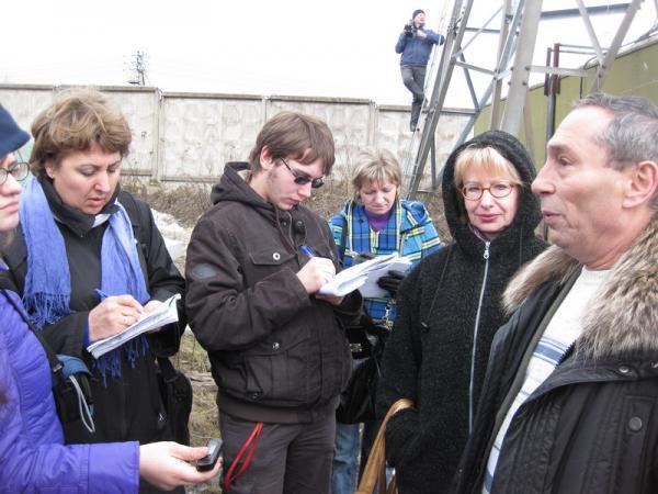 Владелец ветроагрегата Александр Ентель делится опытом с журналистами
