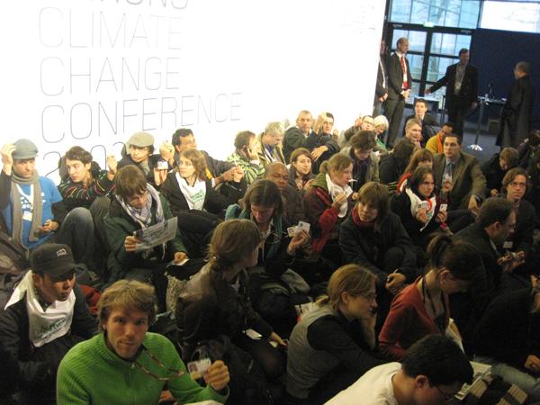 Сидячая демонстрация протеста против ограничения входа на конференцию