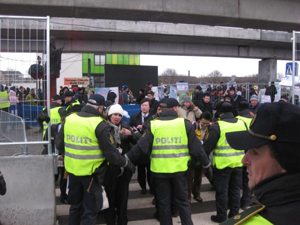 Полицейские кордоны на дальних подступах к конференции