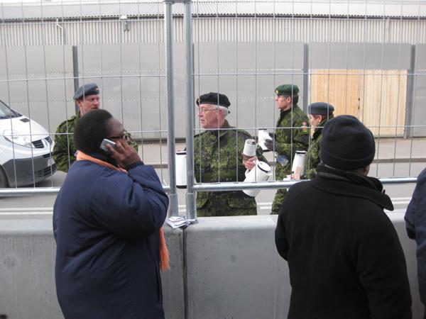 Армия раздает горячий кофе участникам конференции. Некоторым пришлось стоять в очереди на вход 11 часов