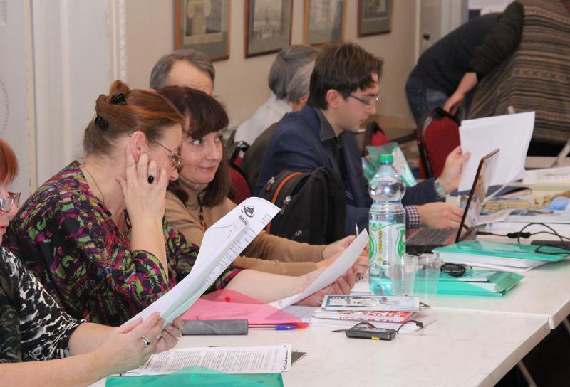 Участники знакомятся с материалами семинара